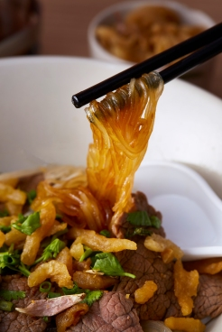 Dry glass noodle with Thai-French sirloin