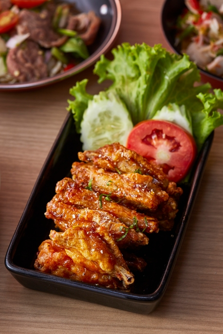 Crunchy chicken wings in 'jaew' sauce